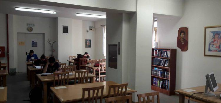 Μεσημέρι στο Αναγνωστήριο (2ος όροφος) της Δημοτικής Βιβλιοθήκης Καβάλας «Βασίλης Βασιλικός».