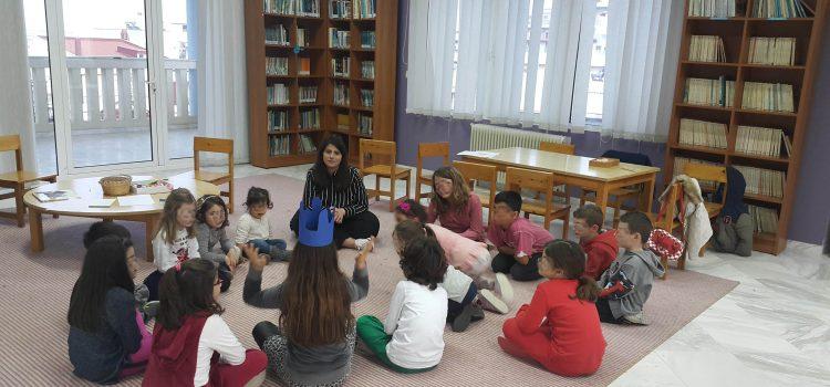 Σε εργαστήρι κατασκευής χαρταετού μετατρέψαμε το απόγευμα της Παρασκευής την Παιδική Βιβλιοθήκη του Αγίου Λουκά